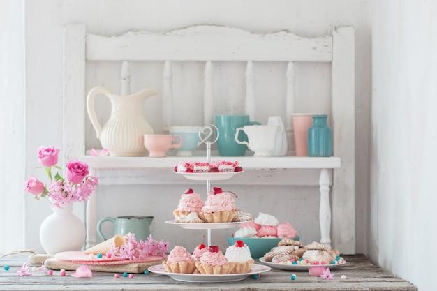 Różowe ciasta na talerzu