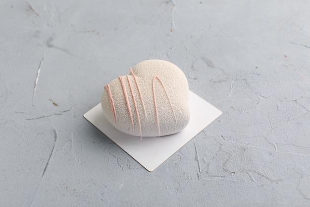 Różowe ciasto w kształcie serca na walentynki.