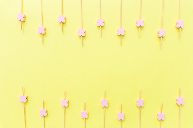 Różowe drewniane szaszłyki do jedzenia z kwiatkiem