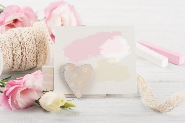 Różowe eustomas na białej drewnianej desce, papier