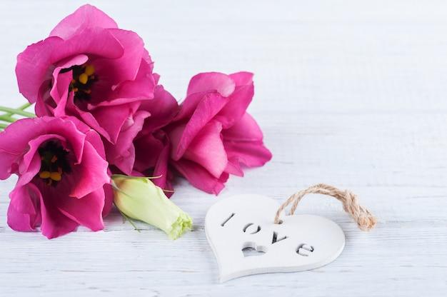 Różowe fioletowe kwiaty eustoma