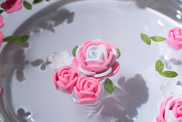 Różowe i białe kwiaty na czystej wodzie świeżość koncepcja piękna wiosna lub lato kartkę z życzeniami z