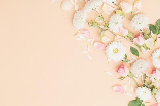 Różowe i białe kwiaty na tle papieru