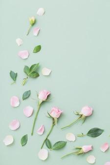 Różowe i białe kwiaty na tle zielonej księgi