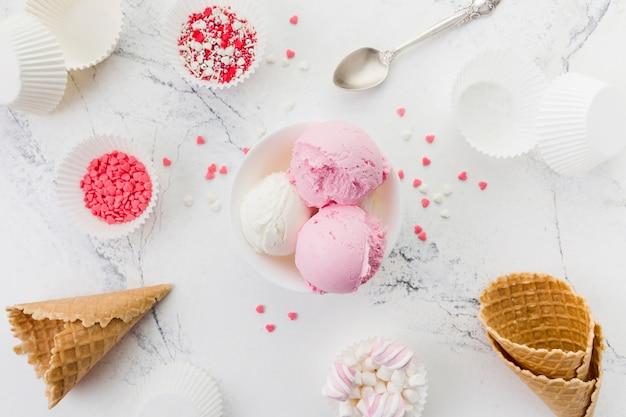 Różowe i białe lody w misce
