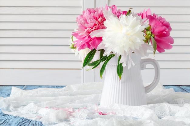 Różowe i białe piwonie martwa