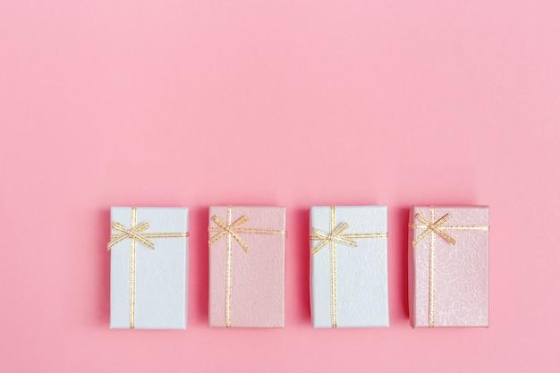 Różowe i białe prezenty na walentynki, dzień womans, drugi dzień świąt. zamknięte pudełka z niespodzianką. pastelowe tło w minimalistycznym stylu wakacje.