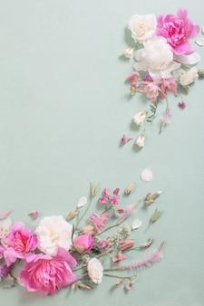 Różowe i białe róże na tle papieru