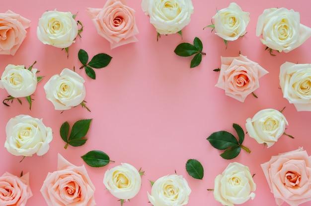 Różowe i białe róże z liśćmi na różowo