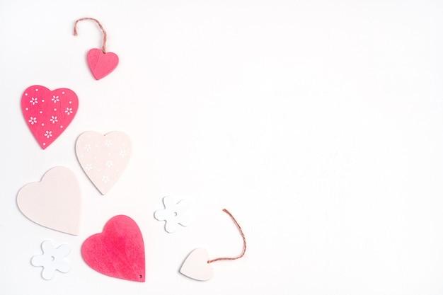 Różowe i białe serca na białym tle. widok z góry. koncepcja walentynek.