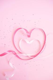 Różowe i białe wstążki w kształcie serca