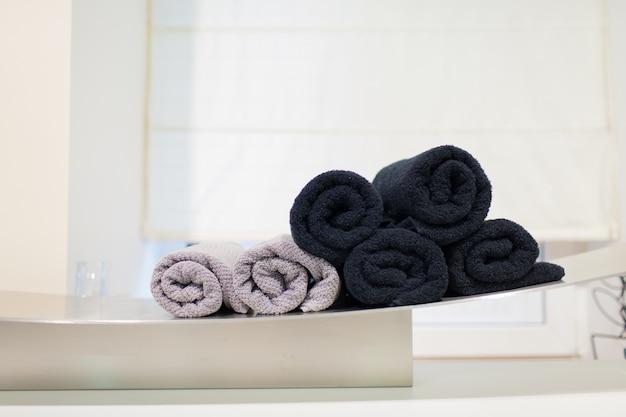 Różowe i czarne zwinięte ręczniki.