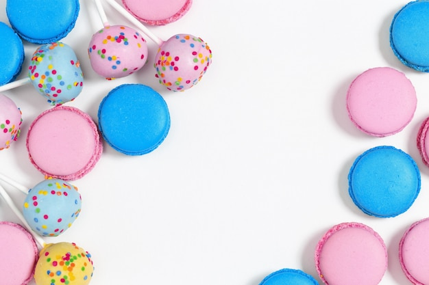 Różowe i niebieskie makaroniki i ciastka. smaczne ciasteczka migdałowe.