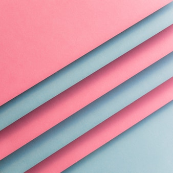 Różowe i szare kartki papieru tworzące ukośne linie