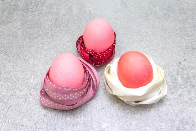 Różowe jajka na święta wielkanocne