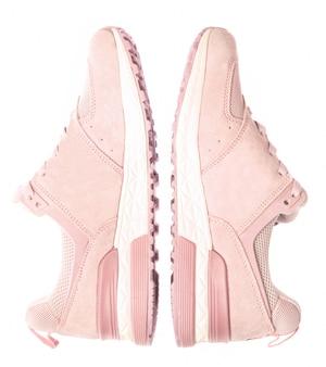 Różowe kolorowe trampki sportowe na białym tle