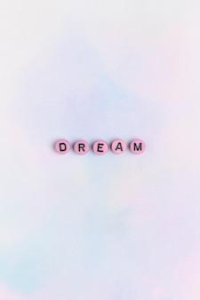 Różowe koraliki dream typografia tekst na pastelowym