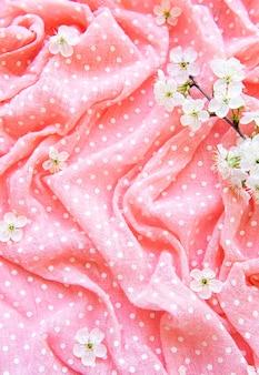 Różowe kropki tło z kwiatem wiosny