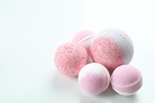 Różowe kule do kąpieli na białym tle, miejsce na tekst