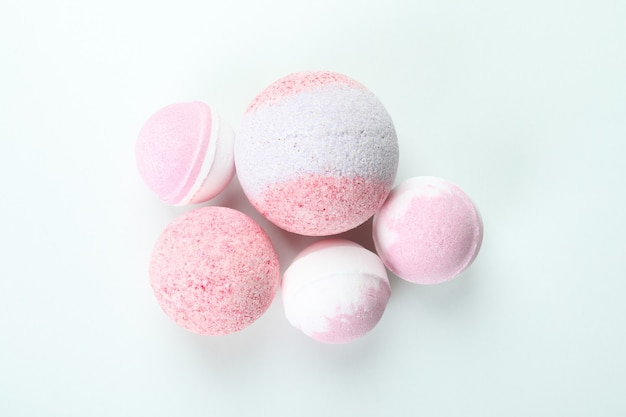 Różowe kule do kąpieli na białym tle, z bliska