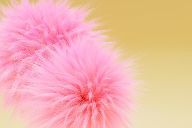 Różowe kulki futra na żółtym tle, renderowanie 3d