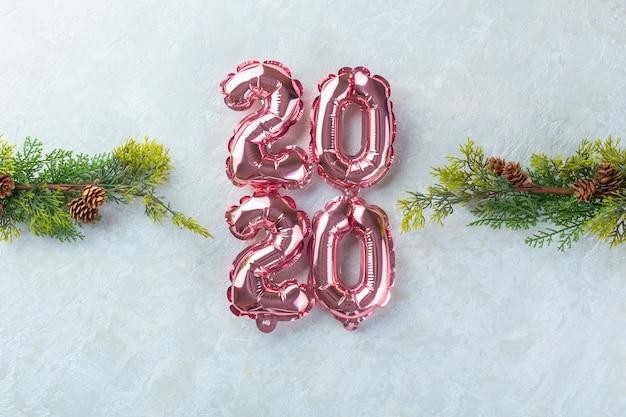 Różowe liczby 2020 białe tło.