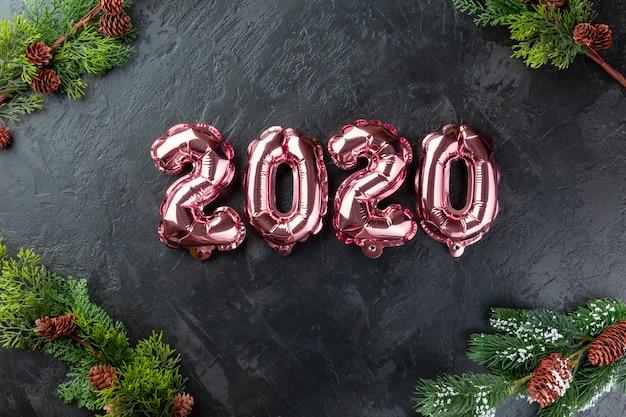 Różowe liczby 2020 czarne tło.