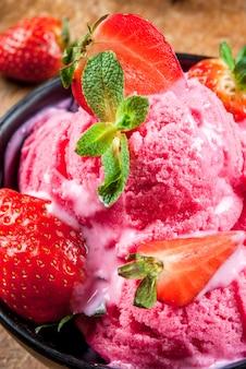 Różowe lody truskawkowe