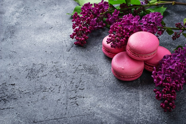 Różowe makaroniki i liliowy.