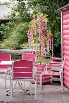 Różowe meble w ulicznej kawiarni w parku