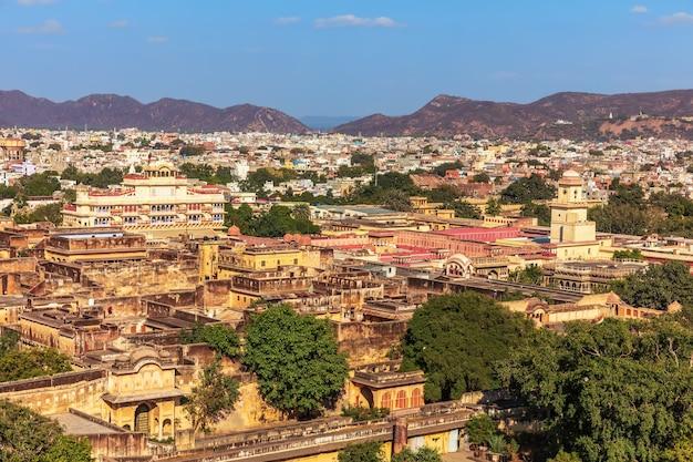 Różowe miasto jaipur, niezwykły widok na starożytne budowle w indiach.