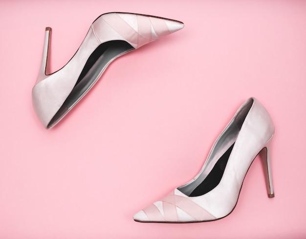 Różowe nagie buty kobiece na jasnym tle