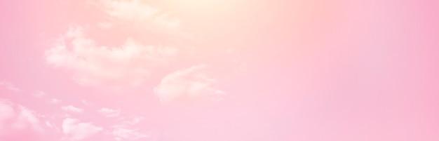 Różowe niebo z białymi chmurami. stonowany. transparent. rozmycie ostrości.