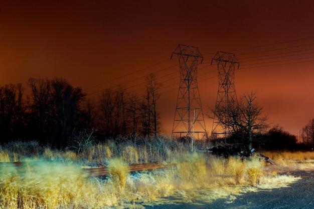 Różowe nocne niebo elektryczny kabel elektryczny wieże komunikacyjne na rozciąganie zachodu słońca