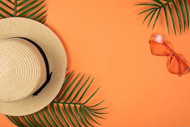 Różowe okulary przeciwsłoneczne i kapelusz