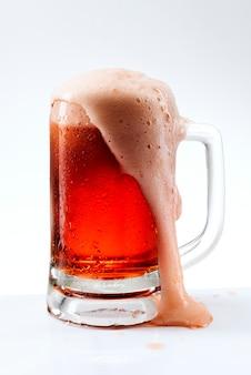 Różowe piwo beczkowe png w makiecie kubka