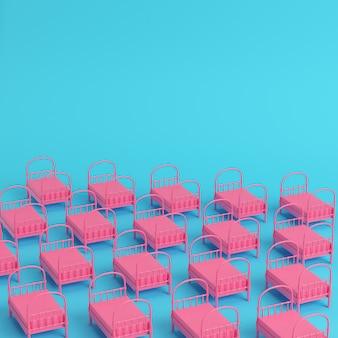 Różowe pojedyncze łóżka na jasnoniebieskim tle