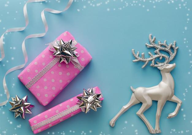 Różowe prezenty lub prezenty w świątecznym składzie