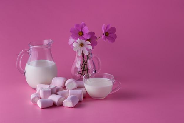Różowe ptasie mleczko, mleko, kwiaty