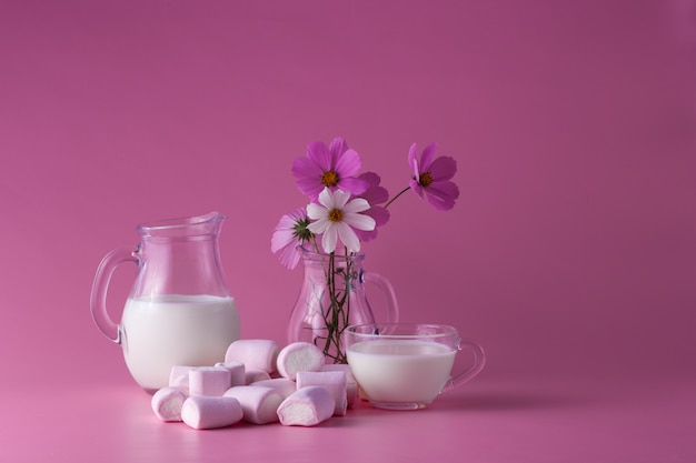 Różowe ptasie mleczko z mlekiem, kwiaty