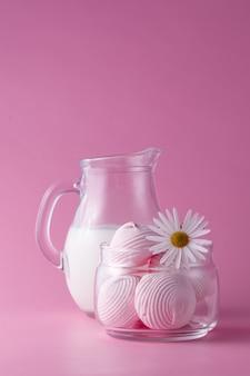 Różowe ptasie mleczko z mlekiem