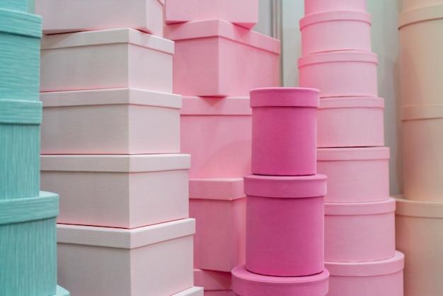 Różowe pudełka na prezenty. pakowanie w różnych rozmiarach.
