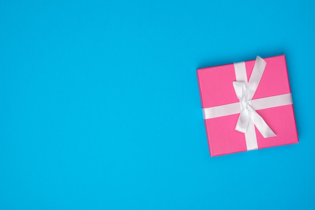 Różowe pudełko na niebieskiej powierzchni