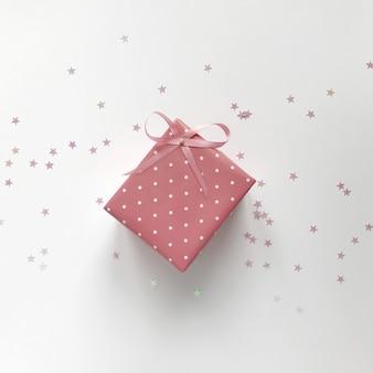 Różowe pudełko prezent leżał płasko
