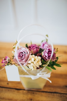 Różowe Pudełko Z Kwiatami. Pudełko Z Różami Piwonii I Białymi Tulipanami. Kwiaty Ogrodowe W Doniczkach. Kwiaty. Premium Zdjęcia