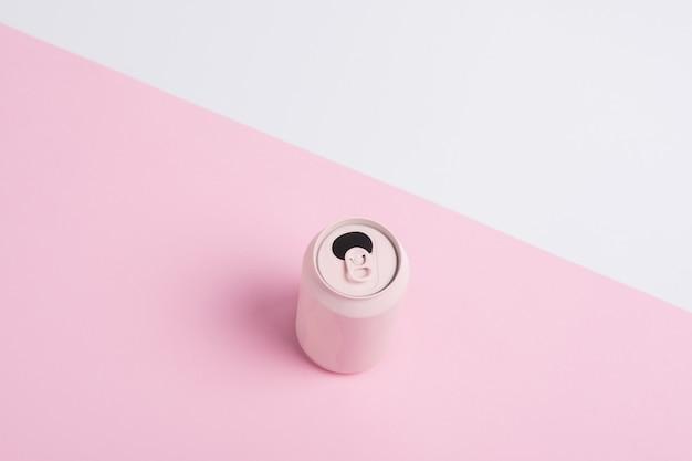 Różowe puszki po napojach na białym tle