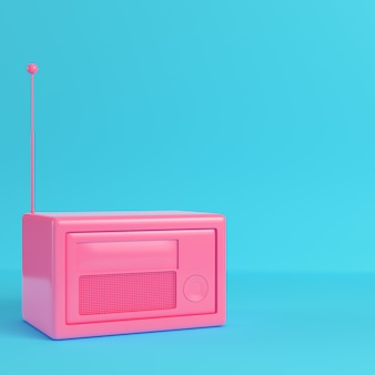 Różowe radio w stylu retro na jasnym niebieskim tle