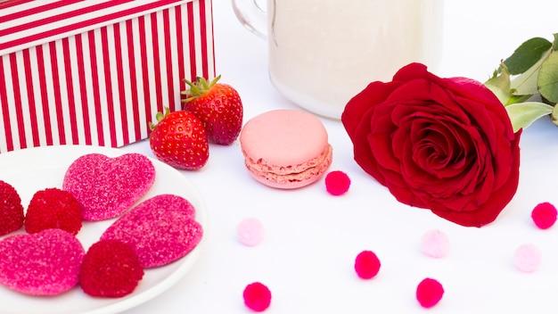 Różowe romantyczne słodycze z różą