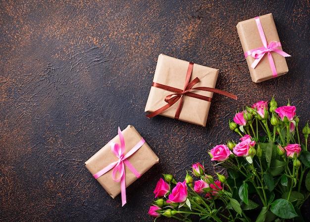 Różowe róże i pudełka z wstążkami