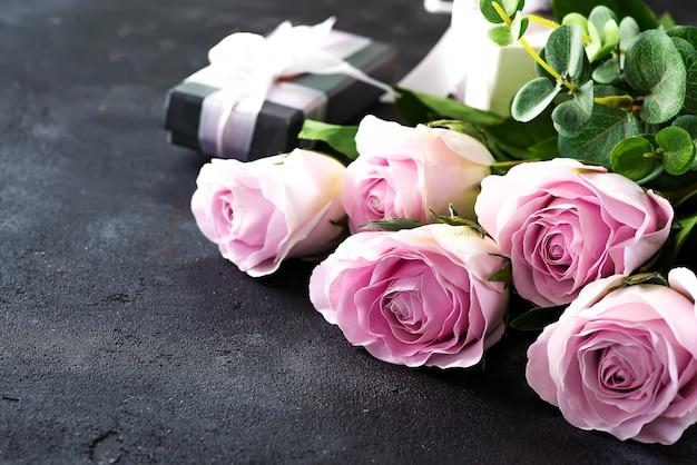 Różowe róże i pudełko upominkowe